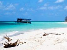 Bateau en bois sur la mer, Maldives photographie stock libre de droits