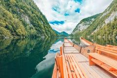 Bateau en bois sur le lac de montagne Nature dans les montagnes Images stock