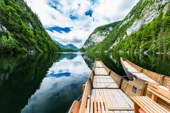 Bateau en bois sur le lac de montagne Nature dans les montagnes Photos libres de droits