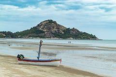 Bateau en bois sur le sable le bord de la mer chez Suan Pradipat image stock