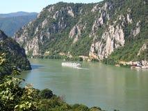 Bateau en canyon de Danube à la frontière de la Roumanie Images stock