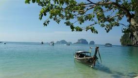 Bateau en mer avec le ciel bleu et les îles Photographie stock