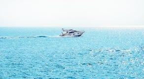 Bateau en mer bleue Images stock