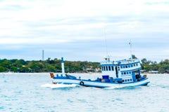 Bateau en mer bleue Thaïlande Photo libre de droits
