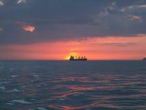 Bateau en mer pendant le coucher du soleil image stock