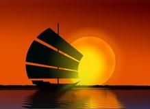 Bateau en mer pendant le coucher du soleil Photo stock