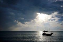 Bateau en mer pendant le lever de soleil Photos libres de droits