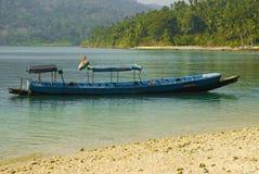 Bateau en mer tropicale Photo stock