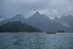 Bateau en rivière Image libre de droits