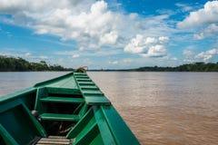 Bateau en rivière dans la jungle péruvienne d'Amazone chez Madre de Dios Image stock