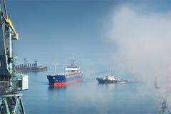 Bateau entrant dans le port Photo stock