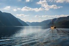 Bateau entre les fjords Photographie stock libre de droits