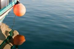 Bateau et balise en mer Méditerranée ensoleillée Photographie stock libre de droits