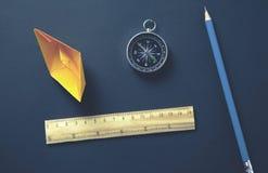 Bateau et boussole de papier sur le bureau photographie stock