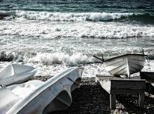 Bateau et canoës au bord de la mer photos libres de droits