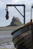 Bateau et château de Lindisfarne Image libre de droits
