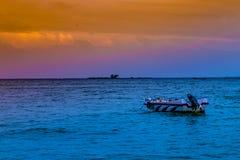 Bateau et coucher du soleil photos libres de droits