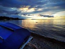 Bateau et coucher du soleil Images stock