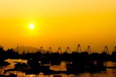 Bateau et coucher du soleil de pêche Photo stock