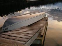Bateau et dock de lac bridge photo stock