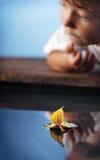Bateau et enfants de feuille d'automne Photos libres de droits