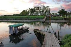 Bateau et fleuve dans le coucher du soleil Photographie stock libre de droits