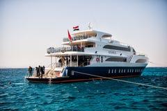 Bateau et groupe blancs de plongeurs autonomes, Hurghada, Egypte Image libre de droits