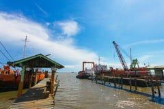 Bateau et grue monumentale dans le chantier naval Images stock