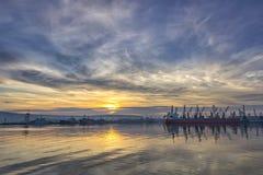 Bateau et grues dans le port Photos libres de droits