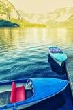 Bateau et lac l'été en montagne Image stock