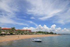 Bateau et maisons par la mer dans Bali Images libres de droits