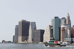 Bateau et Manhattan de traction subite Photographie stock libre de droits