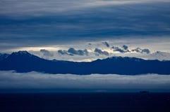 Bateau et montagnes Photos libres de droits