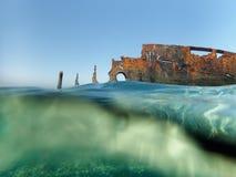 Bateau et mouettes submergés près de la plage dans Hurghada, Egypte photos libres de droits