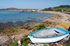 Bateau et plage de Tresco Images stock
