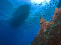 Bateau et récif de plongée à l'air d'imagination Photographie stock