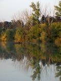 Bateau et rivière en automne avec les arbres colorés images stock