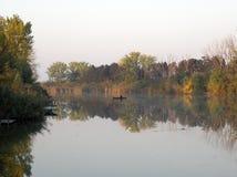 Bateau et rivière en automne avec les arbres colorés image stock