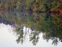 Bateau et rivière en automne avec les arbres colorés photographie stock libre de droits