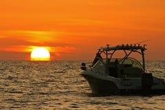 Bateau et Sun Photographie stock libre de droits