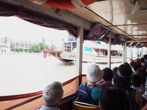 Bateau exprès de transport de passager du fleuve Chao Phraya de vue intérieure Image stock