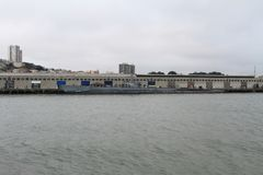 Bateau flottant devant la ville au bord de l'océan image stock