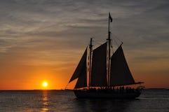 Bateau flottant devant le coucher du soleil la Floride images libres de droits