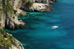 Bateau flottant sur l'eau, Capri Photographie stock