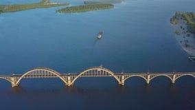 Bateau flottant sur la rivière banque de vidéos