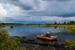 Bateau gonflable avant tempête photographie stock libre de droits