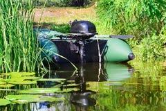 bateau gonflable avec un moteur photographie stock libre de droits image 34290087. Black Bedroom Furniture Sets. Home Design Ideas
