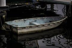 Bateau grêle amarré sur l'eau calme photo libre de droits