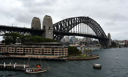 Bateau grand avec le drapeau indigène naviguant le jour d'Australie Photographie stock libre de droits