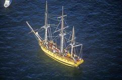 bateau 100 grand naviguant en bas de Hudson River pendant la célébration de 100 ans pour la statue de la liberté, le 4 juillet 19 Image libre de droits